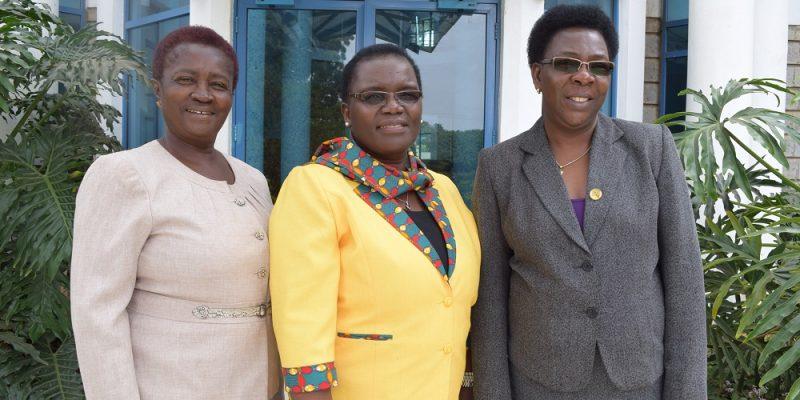 De gauche: Prof. Naana Jane Opoku-Agyemang, Présidente du comité exécutif de FAWE Afrique, Mme Hendrina Chalwe Doroba, Directrice Exécutive sortante et Mme Martha Muhwezi Directrice Exécutive par intérim