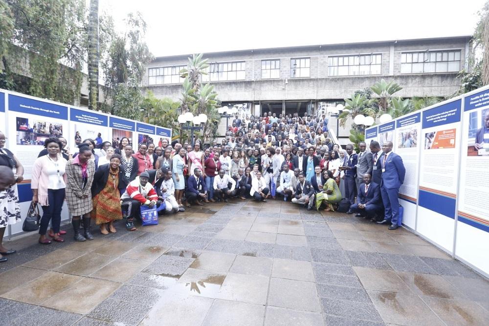 Africa Youth Conference group photo | La Conférence de la jeunesse en Afrique photo de famille