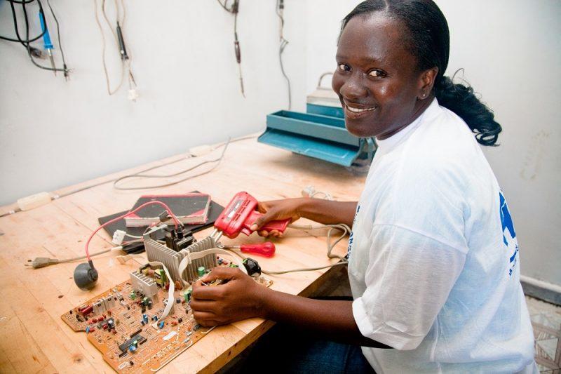 Teaching African girls to thrive, not just survive | Enseigner aux filles africaines pour qu'elles s'épanouissent et non simplement survivent